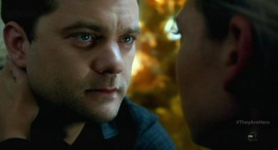 Fringe-S5x01-Peter-looks-longingly-at-Olivia-400x217